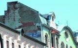 Kamienica na ul. Andrzeja Struga... Front pięknie odnowiony, a z boku...
