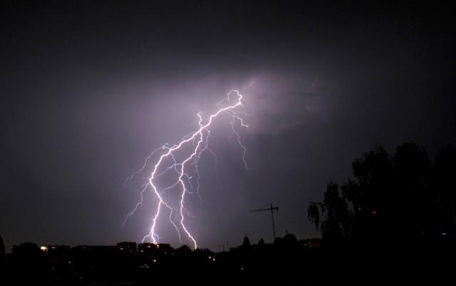 IMGW wydał ostrzeżenie I stopnia dla wschodniej Wielkopolski. Zapowiadane są burze z gradem, porywisty wiatr i ulewy.