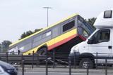Tragiczny wypadek! Autobus spadł z mostu w Warszawie. Jedna osoba nie żyje. Są ranni [ZDJĘCIA]