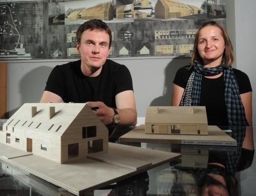 """Architekci prezentują makiety tradycyjnych opolskich domów, które stanęły w Chrząstowicach i Luboszycach. Właściciele domów są zadowoleni i dumni, że dali się namówić na """"stodołę"""" zamiast dworku."""