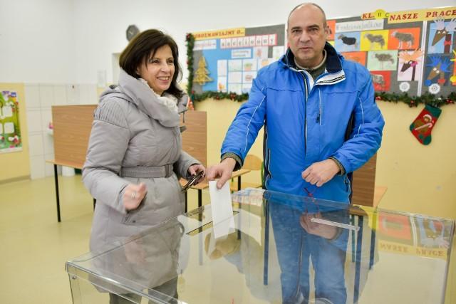 """Czas skrócić dystans między Podlasiem a resztą Polski - uważa Anna Orłowska. Dlatego wczoraj z mężem Waldemarem przyszła na referendum. Głosowali na """"tak""""."""
