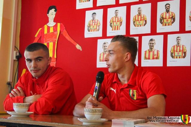 Ivan Jukić i Oktawian Skrzecz z Korony Kielce odpowiadali na pytania uczniów szkoły podstawowej w Makoszynie