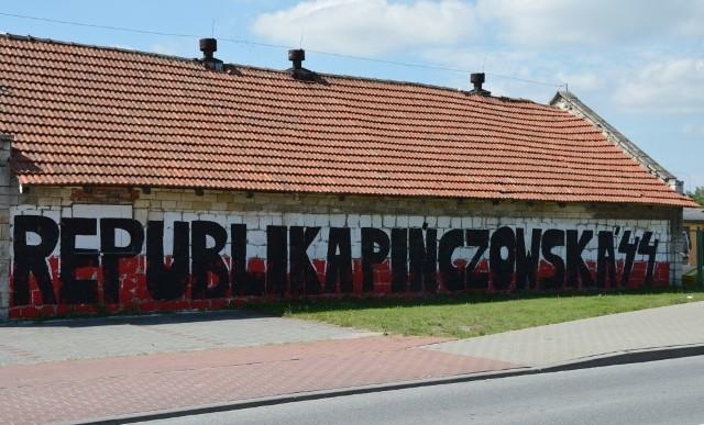 W Pińćzowie powstało nowe patriotyczne graffiti. Dzieło Dawida Dylawerskiego i Krzysztofa Opary.