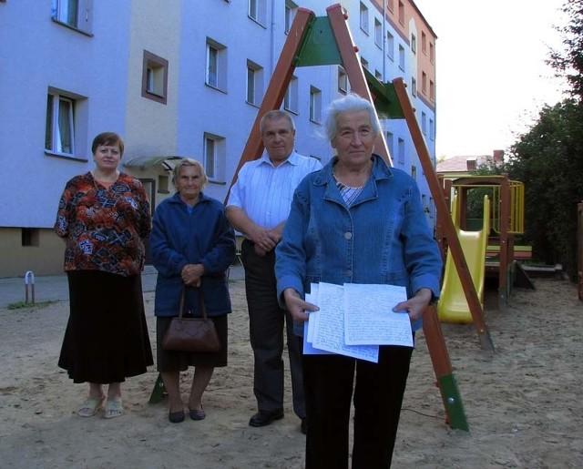 Pisaliśmy w tej sprawie pisma do spółdzielni. Informowaliśmy, że ten plac zabaw nam przeszkadza, ale nas nie wysłuchano – mówią mieszkańcy bloku. Na pierwszym planie Nina Wasilewska z dokumentami.