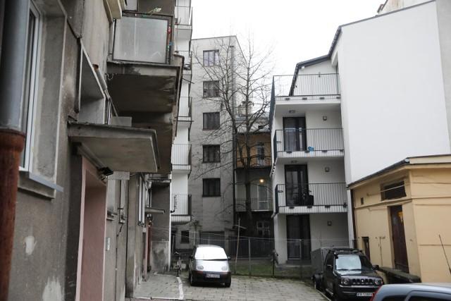 Po prawej - blok wstawiony w podwórko kamienic