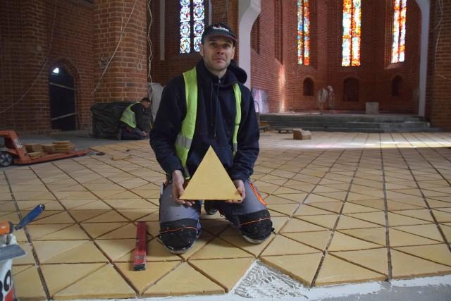 - W ciągu dnia układamy średnio 10 metrów kwadratowych posadzki - mówi Tomasz Zak.