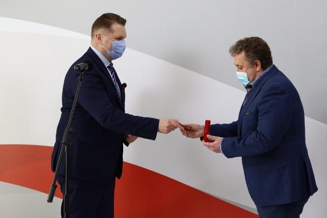 Dariusz Jakóbek, dyrektor XXXIV Liceum Ogólnokształcącego w Łodzi, w czwartek (22 kwietnia) odebrał medal Komisji Edukacji Narodowej z rąk Przemysława Czarnka, ministra edukacji i nauki