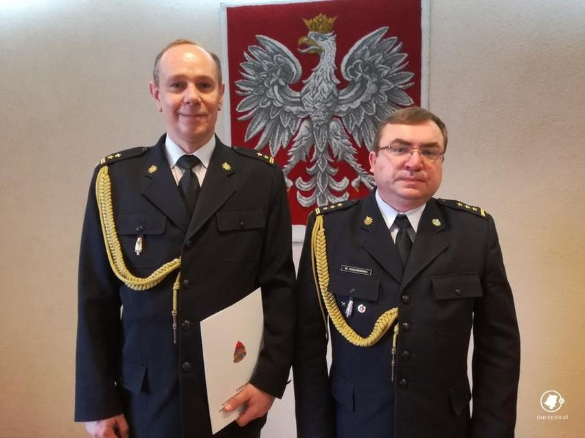 Dzisiaj opolski komendant Państwowej Straży Pożarnej st. bryg. Marek Kucharski (z prawej) powierzył pełnienie obowiązków komendanta powiatowego PSP w Kluczborku bryg. Wojciechowi Kieszczyńskiemu.
