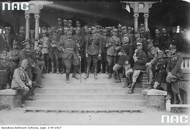 W czasie wizyty tureckich oficerów - generał siedzi po lewej, podpierając głowę