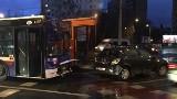 Uwaga, wypadek! Na Wojska Polskiego autobus zderzył się z samochodem osobowym. Są utrudnienia w ruchu [zdjęcia]