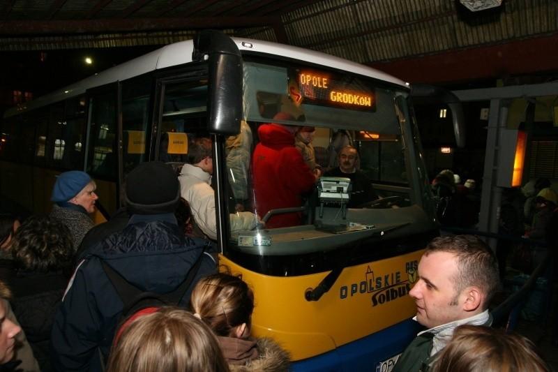 – U nas, na Opolszczyźnie, i tak nie jest źle – twierdzi Marek Sidor, prezes PKS Opole.  W tej firmie średnia wieku autobusu to około 10 lat, ale zdarzają się i 18-letnie. – Są jednak systematycznie zastępowane nowymi – zapewnia prezes.