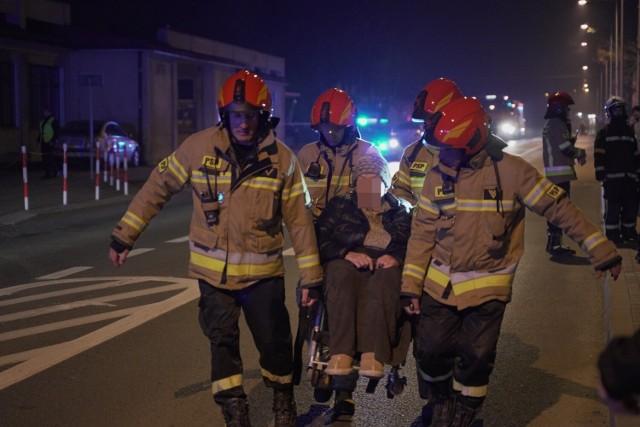 Strażakom udało się jak na razie ewakuować 44 osoby