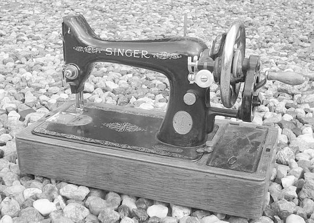 Naciągacze zostawili w zastaw paczkę z kamieniami i końskim nawozem, zamiast maszyny do szycia marki Singer.