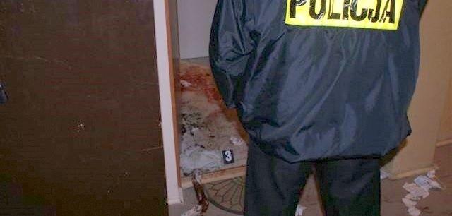 Mężczyzna zaatakował policjantów w drzwiach mieszkania przy ul. Traugutta