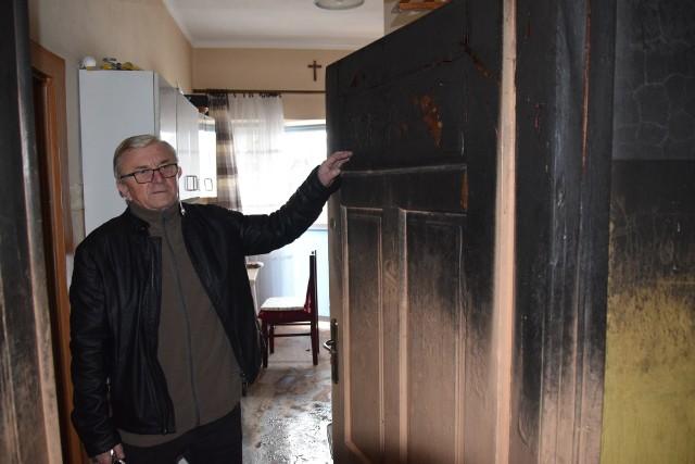 Jan Jamro w ostatniej chwili wybiegł z mieszkania po pomoc, bo płomienie już były na korytarzu i wdzierały się do środka przez drzwi