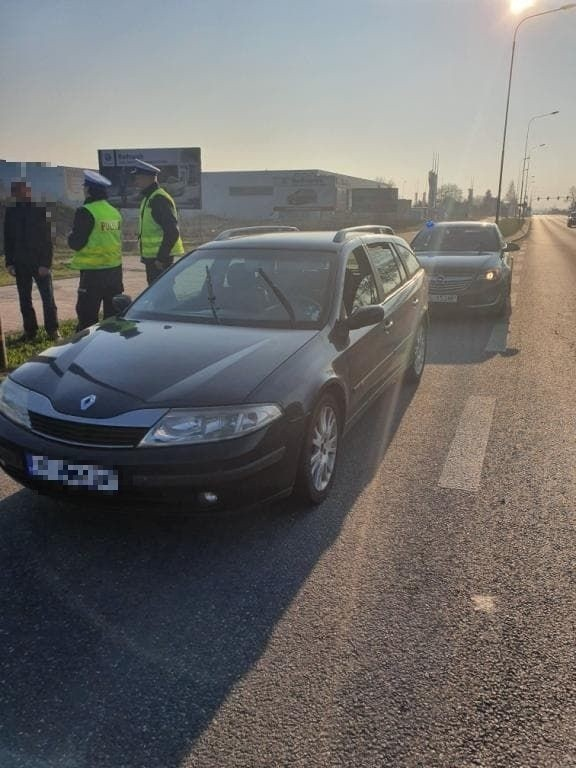 Alkomat wykazał 1,5 promila alkoholu. Zatrzymany to obcokrajowiec, jego samochód zarejestrowany jest w Bułgarii. Kiedy policjanci chcieli zobaczyć jego prawo jazdy okazało się, że ma dwa...Kierowcę zatrzymano do wyjaśnienia sprawy.
