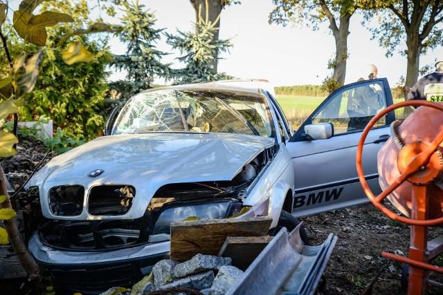 Sytuacja miała miejsce w piątek, 2 listopada, w Starych Dzieduszycach (gmina Witnica). BMW wypadło z drogi i rozbiło się o płot jednej z posesji. Siłą uderzenia była duża. Płot został doszczętnie zniszczony, a w samochodzie eksplodowały poduszki powietrzne. Do zdarzenia zadysponowano policję, pogotowie i straż pożarną. Zobacz też wideo: Lubuscy policjanci zatrzymali groźnego Rosjanina. Jest podejrzany o znęcanie się nad Australijczykiem [WIDEO, ZDJĘCIA]