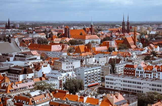 Oto dziesięć najmodniejszych osiedli we Wrocławiu. Agenci nieruchomości, z którymi rozmawialiśmy, wymieniają je jednym tchem. Ich klienci zazwyczaj o te miejsca pytają bowiem najczęściej - bo mieszkanie tutaj jest marzeniem wielu.Niestety najczęściej jest tak, że kupujący najpierw pytają o najmodniejsze osiedla, a ostatecznie życie, czyli ich zdolność kredytowa, weryfikuje te ambicje i osiedlają się na  Jagodnie, Praczach Odrzańskich, Partynicach, Lipie Piotrowskiej czy Maślicach . To tam buduje się dziś najwięcej, a i ceny są najniższe. - Obecnie, to dane za maj, średnia ofertowa cena metra kwadratowego we Wrocławiu to 8641 zł - mówi nam Mikołaj Ostrowski z portalu Rynekpierwotny.pl. Oczywiście, koszt konkretnej nieruchomości, mocno uzależniony jest od osiedla, na którym się ona znajduje i może to być powyżej 10 tys. za metr, ale może też być o 4 tys. niższy. Na kolejnych slajdach prezentujemy dziesięć osiedli, o które klienci biur nieruchomości pytają najczęściej, gdy szukają własnego lokum. Zobacz te miejsca, posługując się klawiszami strzałek, myszką lub gestami