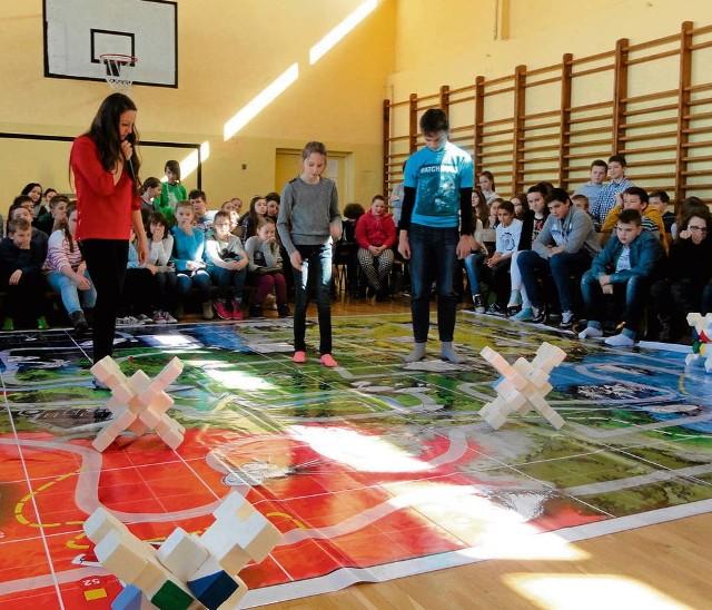 Uczniowie Szkoły Podstawowej w Skale podczas gry profilaktycznej