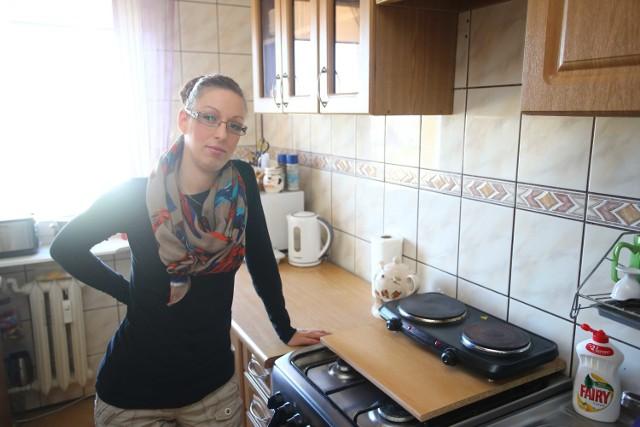 Na tej kuchence gotuję i grzeję wodę na kąpiel dla naszej 3-osobowej rodziny - mówi Monika Lesiak, mieszkanka bloku przy Sandomierskiej 16. - Gotowanie na tym to koszmar. Dziwie się, że są pieniądze na ocieplanie bloków a na zlikwidowanie takiej awarii pieniędzy nie ma. Płacimy czynsz i na fundusz remontowy.