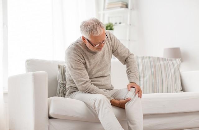 Zapalenie kaletki maziowej stawu biodrowego to powszechne schorzenie, które najczęściej występuje u osób, ktore uprawiają sporty biegowe, pracują na stojąco lub z pozycji klęczącej.