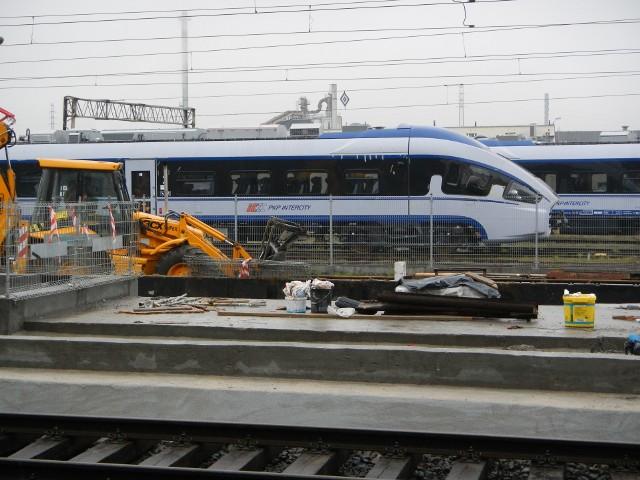 W Turznie i Książkach PKP budują lepsze, wygodniejsze i bardziej dostępne dla podróżnych perony.