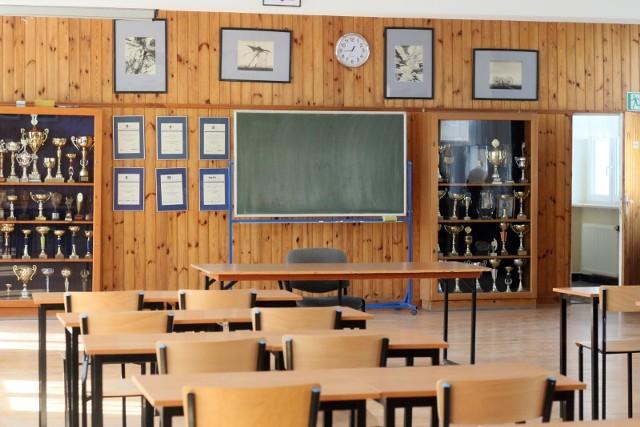 Lekcje tylko online przez internet. Klasy opustoszały podczas epidemii koronawirusa.