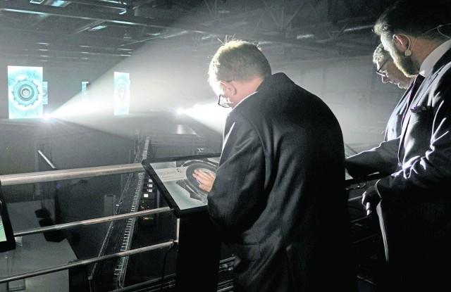 Rektor UJ prof. Wojciech Nowak nie przecinał wczoraj wstęgi, ale dotykając ręką ekranu komputera, uruchomił synchrotron