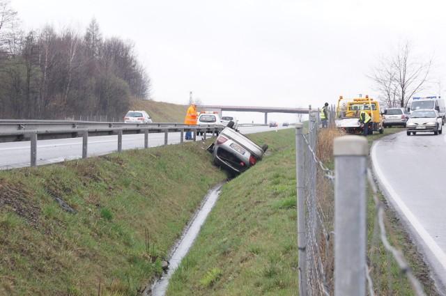 Samochód dachował w pobliżu trasy S1 na terenie gminy Skoczów