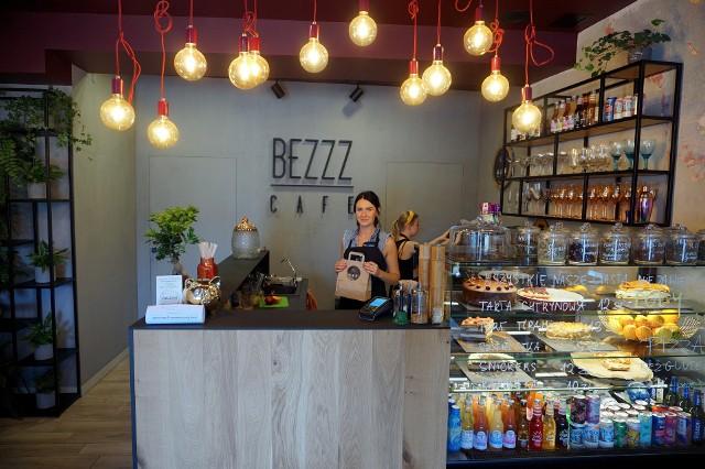 Z pasji do gotowania i zdrowia powstało Bezzz Cafe. Jej właścicielką jest Kamila Kosior znana z prowadzenia bloga o zdrowym odżywianiu. - Rośnie zapotrzebowanie na kuchnię bezglutenową, bezcukrową, wegańską, na produkty bez laktozy. Wychodzimy naprzeciw każdemu klientowi, z każdą dietą - mówi właścicielka.