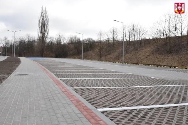 Parking przy ul. Bocznej w sąsiedztwie Solanek w Inowrocławiu. Warto zapoznać się z jego regulaminem. Przewiduje on opłaty dodatkowe w wysokości 10 zł za godzinę, a nawet 50 zł za godzinę postoju