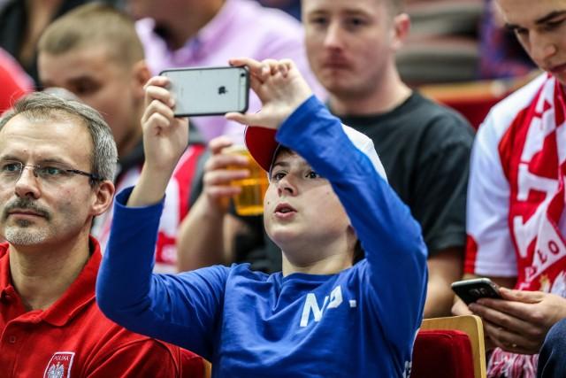 Posiadanie smartfonów przez dzieci ma swoich zagorzałych przeciwników, jak i obrońców. Jedno jest jednak bezsprzeczne, ich masowe posiadanie przez dzieci jest faktem. Faktem, który może rodzić szereg cyberzagrożeń.