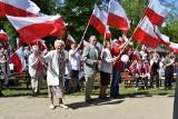 Majówka Gubin. Dwa lata temu utworzyli żywą flagę w Gubinie. Dziś przez koronawirusa muszą zostać w domu i wywiesić flagi