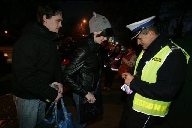 Policjanci zachęcają niechronionych uczestników ruchu drogowego, czyli pieszych i rowerzystów, by zakładali odblaski