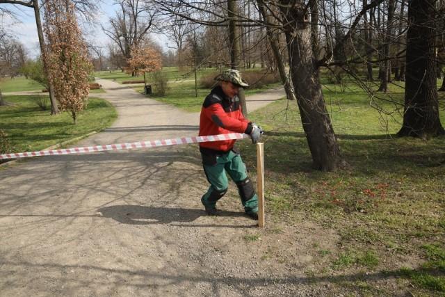 Park Miejski w Legnicy zamykany po tym, jak rząd wprowadził zakaz wstępu do lasów i parków