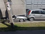 Naczepa ciężarówki wiozącej świnie przygniotła citroena, uszkodzone też dwa inne auta [zdjęcia]