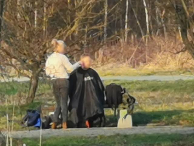 Fryzjerka z Częstochowy umówiła się z klientem w parku i ostrzygła go na łonie natury