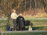 Częstochowa. Fryzjerka strzygła klienta w parku Lisiniec. Internauci chwalą za pomysłowość