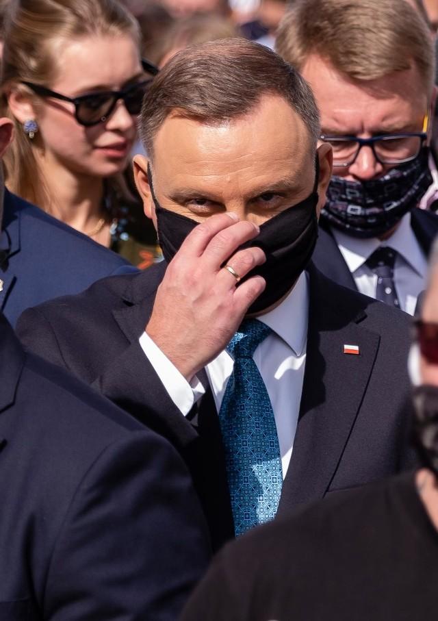 - O ile pamiętam zawsze mówiłem, że sytuacja jest pod kontrolą bo dla nikogo potrzebującego nie brakuje łóżka w szpitalu ani respiratora- napisał prezydent.