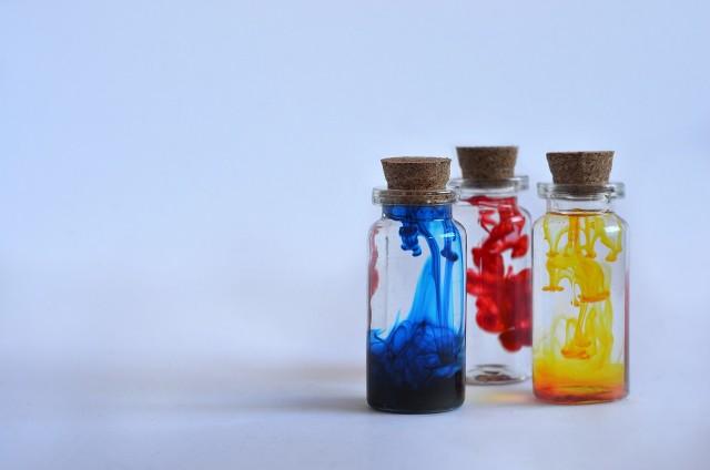 Barwniki spożywcze zazwyczaj stosujemy w przestrzeni kuchennej. Mają one jednak zastosowanie nie tylko w sferze kulinarnej.