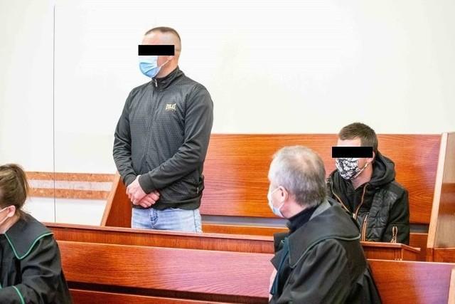 Oskarżony 32-latek (z lewej) odpowiada przed sądem głównie za podżeganie, a jego 10 lat młodszy szwagier, za podpalenia