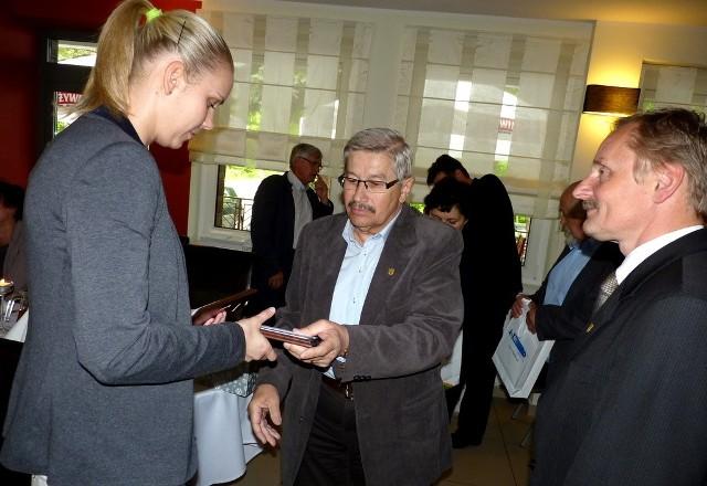 Izabela Hohn odebrała nagrody dla siebie oraz nieobecnej na spotkaniu młodszej siostry Anny. Wręczają je Jerzy Wójcik i Leszek Żurek.