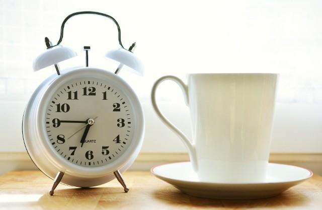 Wiele osób nie radzi sobie dobrze z nieregularnym trybem życia. Szacuje się, że ok. 40 procent pracowników zmianowych i nocnych nie zapewnia sobie odpowiedniej ilości snu z powodu trudności w dopasowaniu życia do grafiku zajęć. Około 10 proc. cierpi na bezsenność i odczuwa wyczerpanie w ciągu dnia. W badaniach fińskich tolerancja pracy w niefizjologicznych porach okazała się mniejsza u osób z wariacją genu MTNR1A. Ma ona związek z obniżoną produkcją melatoniny w odpowiedzi na brak światła, co utrudnia nie tylko zasypianie, ale też dostrojenie wewnętrznego zegara biologicznego organizmu do rytmu dnia i nocy. Takie osoby będą też szczególnie odczuwać efekty sezonowej zmiany czasu zaledwie o godzinę.By odczuć negatywne skutki zmiany czasu, nie trzeba zmieniać kontynentu ani godzin pracy. Szkodliwe działanie ma też popychanie i cofanie zegara, nocne życie towarzyskie, a nawet niedosypianie. Efekty te manifestują się po długim czasie w postaci wzrostu ryzyka rozwoju przewlekłych chorób. Sprawdź, jakie są negatywne skutki przestawiania zegara i godzin codziennej aktywności.