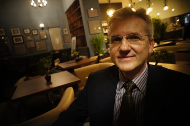 """Jacek Roloff, prezes """"Eurokiosk"""" Sp.z.o.o,  do której należy Eurocafe we wnętrzu kawiarni."""