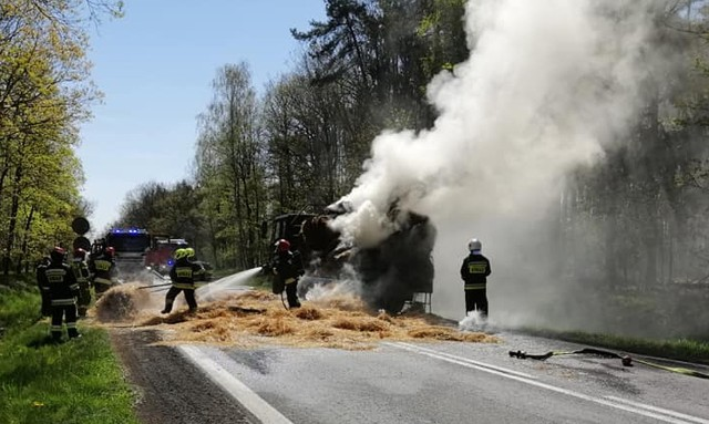 Pożar samochodu ze słomą na DK 94