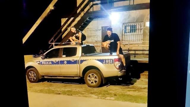 Nastolatkowie skakali po radiowozach zaparkowanych w okolicy Jeziora Średniego w Turawie.