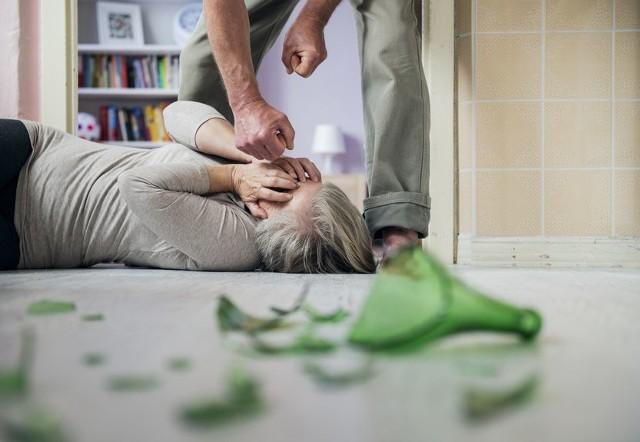 Przemoc w rodzinach nie zawsze oznacza agresję fizyczną i słowną. Przybiera też bardziej wysublimowane formy