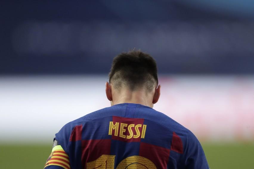 Ronald Koeman został nowym trenerem FC Barcelona, zastępując Quique Setiena. To nie koniec zmian po fatalnym sezonie zakończonym blamażem przeciwko Bayernowi Monachium w ćwierćfinale Ligi Mistrzów (2:8). Drużynę czeka rewolucja. Jak donoszą katalońskie media, w zespole ma zostać tylko pięciu z obecnych piłkarzy. Kto będzie kręgosłupem nowej Dumy Katalonii? Zapraszamy do obejrzenia galerii!