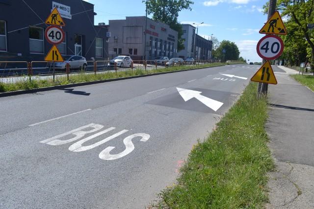 Buspas w Sosnowcu rozpoczyna się z jednej strony już obok stacji benzynowej zaraz przy granicy z Dąbrową Górniczą. Zobacz kolejne zdjęcia. Przesuwaj zdjęcia w prawo - naciśnij strzałkę lub przycisk NASTĘPNE