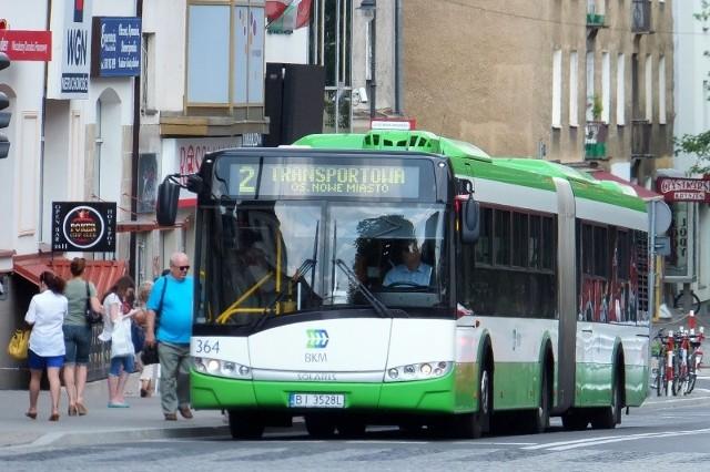 """Wracamy z naszym rankingiem """"TOP 10. Na co narzekamy w autobusach komunikacji miejskiej BKM?"""". Na pierwszym miejscu niestety bez zmian. Brak włączonej klimatyzacji w autobusach komunikacji miejskiej to ostatnio codzienność. W poniedziałek 4 czerwca w autobusach było bardzo duszno. Kto jechał - ten widział. Sauna w autobusie."""